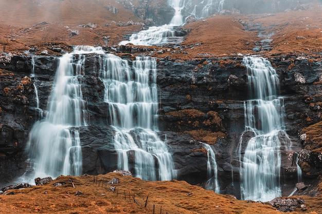 Pequeñas cascadas en las islas feroe.