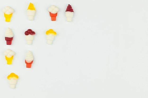 Pequeñas figuras de helado sobre fondo claro.