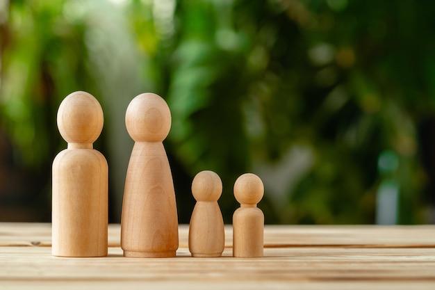 Pequeñas figuras de madera de personas. concepto de familia
