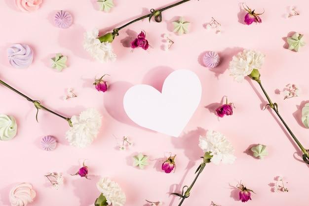 Pequeñas flores de primavera y corazón