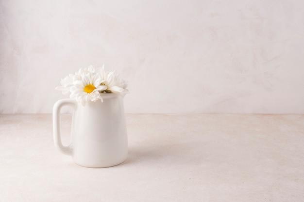 Pequeñas flores en tarro de porcelana.