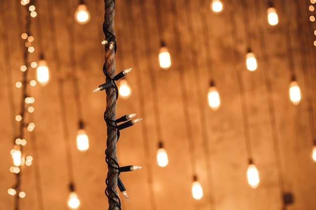 Pequeñas luces decorativas en la cuerda con bokeh