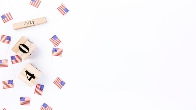 Pequeñas pancartas con imagen de bandera americana y fecha de independencia.