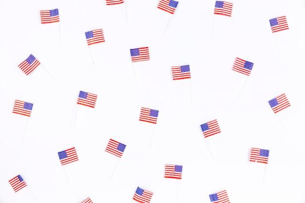 Pequeñas pancartas con imagen de bandera americana.