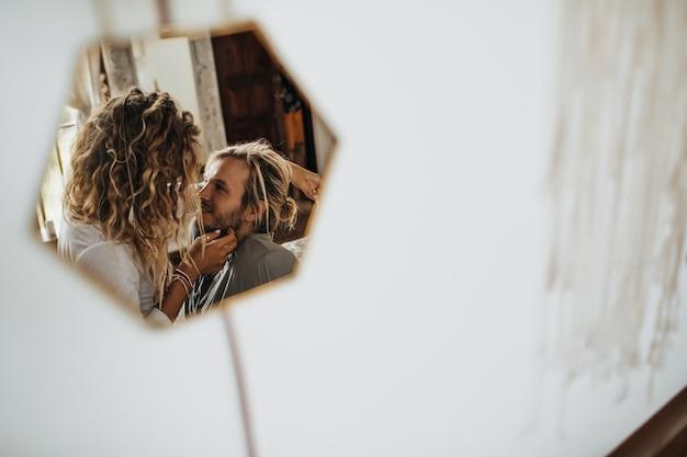 En pequeñas pantallas de espejo hermosa pareja descansa en un entorno romántico.
