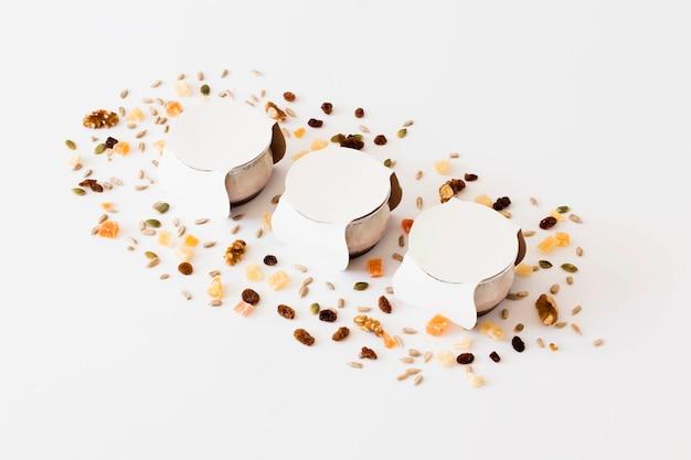 Pequeñas tazas blancas entre frutos secos.