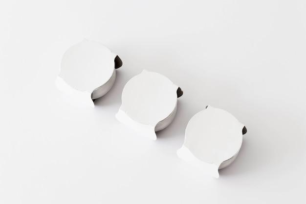 Pequeñas tazas blancas