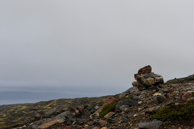 Pequeñas torres hechas de piedras de los viajeros en los pasos.