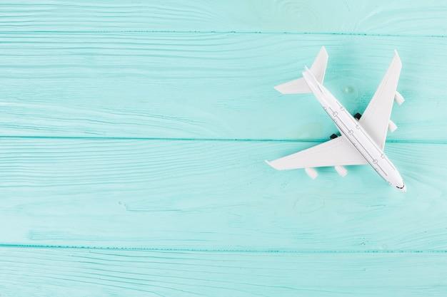 Pequeño avión de juguete sobre madera.