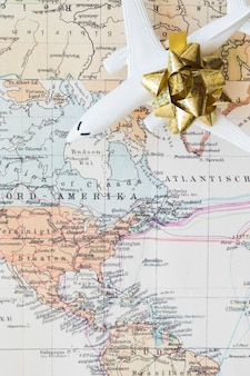 Pequeño avión en el mapa