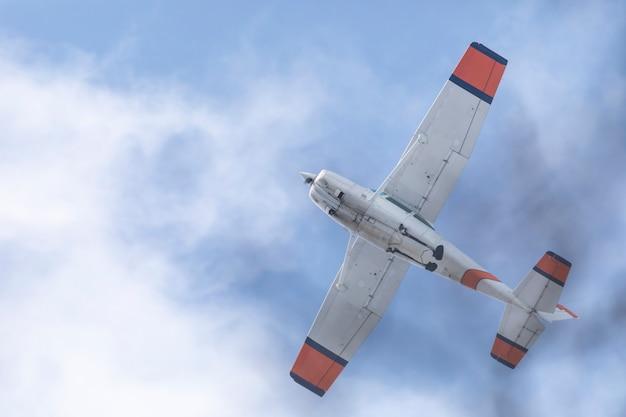 Un pequeño avión viejo en el cielo.