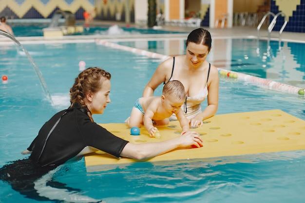 Pequeño bebé lindo. instructor con niño. madre con hijo