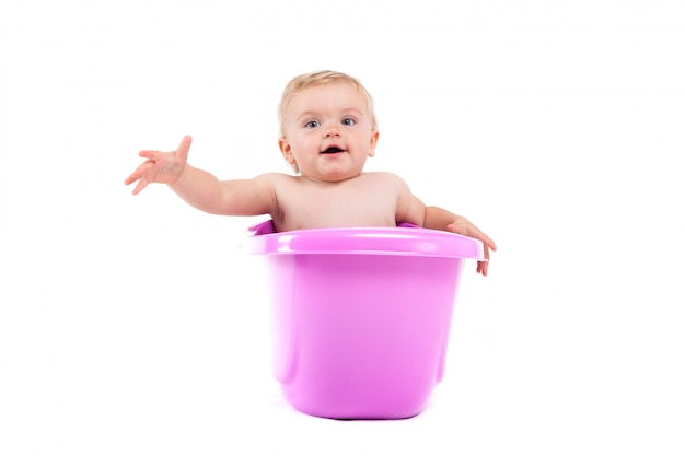 Pequeño bebé lindo tomar baño en la bañera