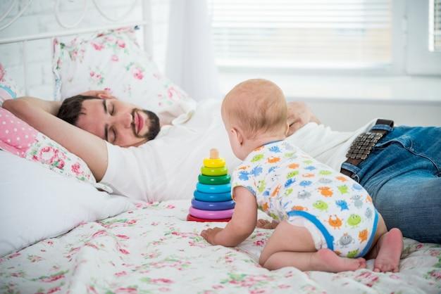 El pequeño bebé de seis meses juega con juguetes