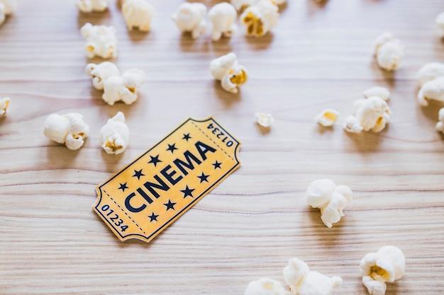 Pequeño boleto de cine con palomitas de maíz