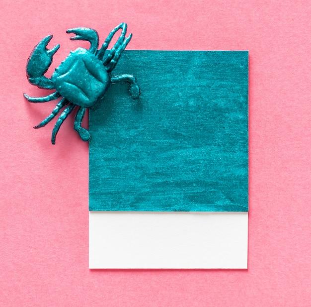 Pequeño cangrejo lindo en un papel