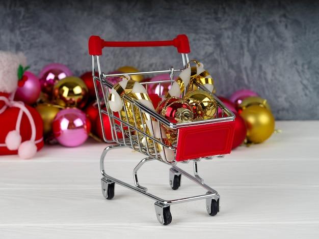 Pequeño carrito de compras con regalos
