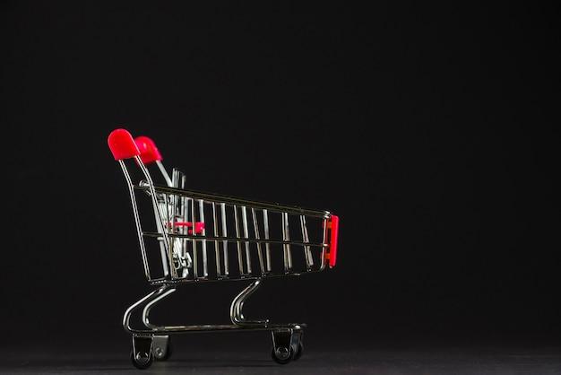 Pequeño carrito de compras vacío