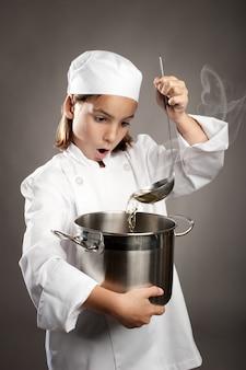Pequeño chef cocinando