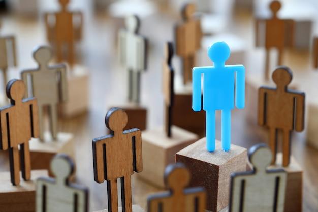 Pequeño conjunto de figuras de juguete se reúnen en un lugar para el debate político