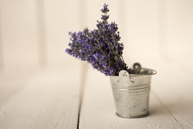 En un pequeño cubo de hierro hay un lindo ramo de lavanda fragante provenzal.