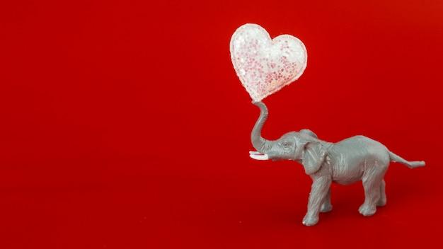 Pequeño elefante con corazón blando.
