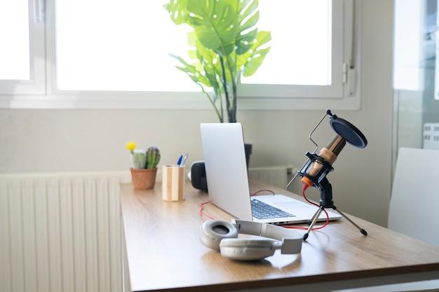 Pequeño escritorio brillante limpio y ordenado