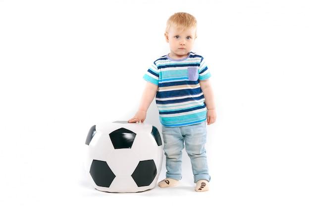 Pequeño fanático con una pelota de fútbol
