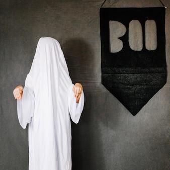 Pequeño fantasma en pose asustadiza