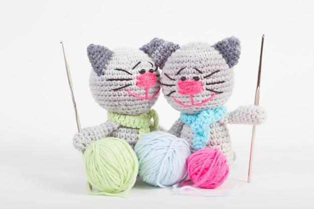 Pequeño gato hecho punto en un blanco. juguete tejido a mano. amigurumi