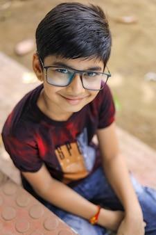 Pequeño indio lindo. niño indio con gafas