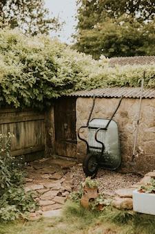 Pequeño jardín de casa en el patio trasero con herramientas