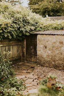 Pequeño jardín de casa en el patio trasero en verano