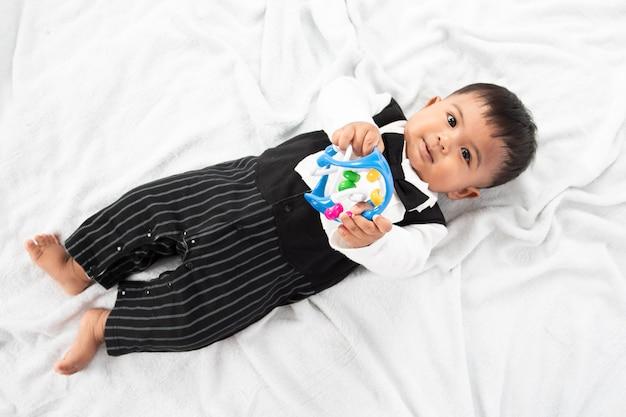 Pequeño juguete asiático lindo del juego del bebé