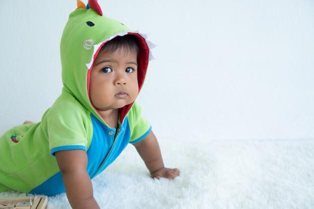 Pequeño juguete asiático lindo de la mentira y del juego del bebé