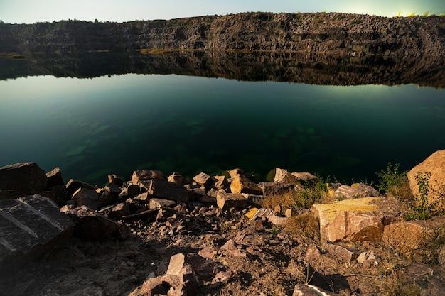 Pequeño lago rodeado de desechos de piedra procedentes de trabajos mineros