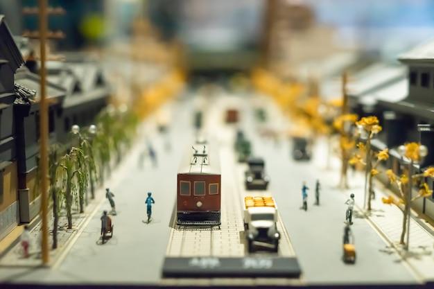 Un pequeño modelo de arquitectura y transporte de japón, se muestra en museo.