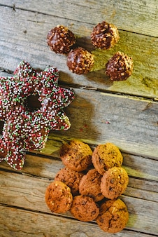 Pequeño montón de galletas de chocolate en tablas de madera envejecida
