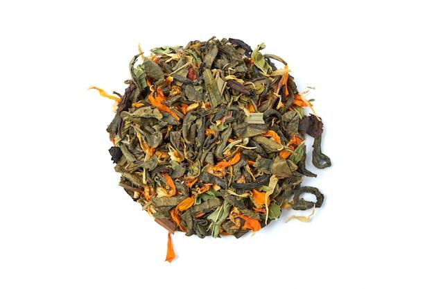 Pequeño montón de té de hierbas secas y saludables con pétalos de plantas medicinales