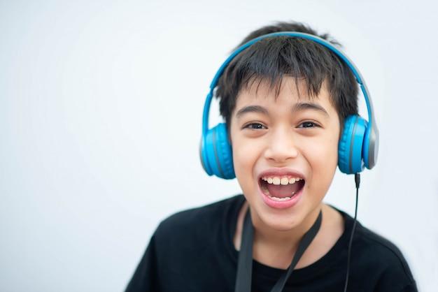Pequeño muchacho asiático estudia música en línea en casa