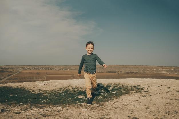Pequeño muchacho caucásico joven en la naturaleza, infancia