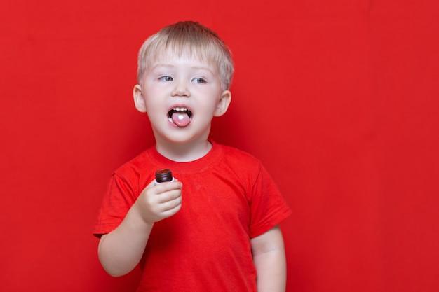 Pequeño niño de tres años quiere comer pastilla.