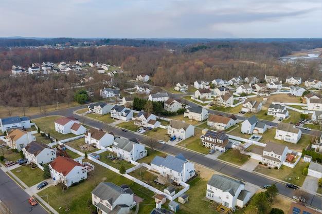 Pequeño paisaje de área para dormir a principios de la primavera de los techos de las casas de una vista aérea anterior