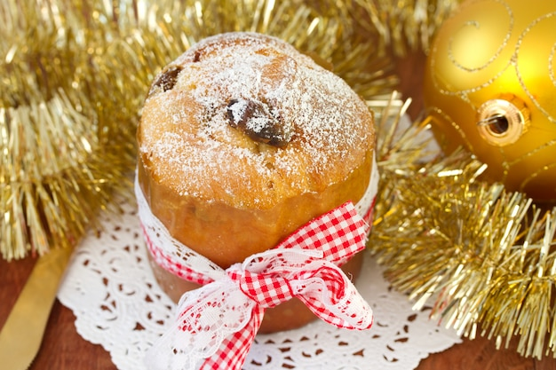 Pequeño pastel con bola navideña