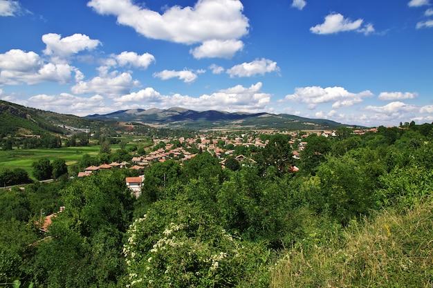 El pequeño pueblo en las montañas