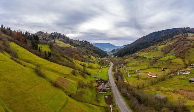 Pequeño pueblo en un valle de montaña de los cárpatos
