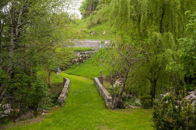 Pequeño puente en el jardín esloveno