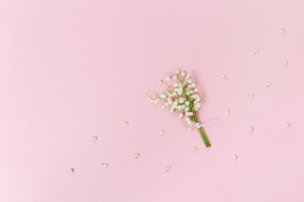 Pequeño ramo de primeras flores de primavera lirios del valle. postal de primavera o fondo con espacio para texto.