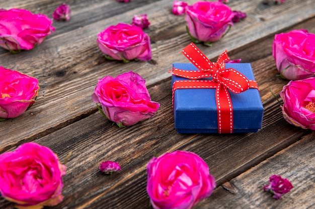 Pequeño regalo lindo con rosas rosadas