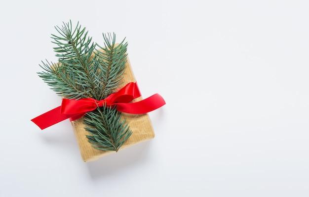 Pequeño regalo de navidad año nuevo sobre fondo blanco